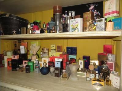 détail de la vitrine des parfums de la chambre